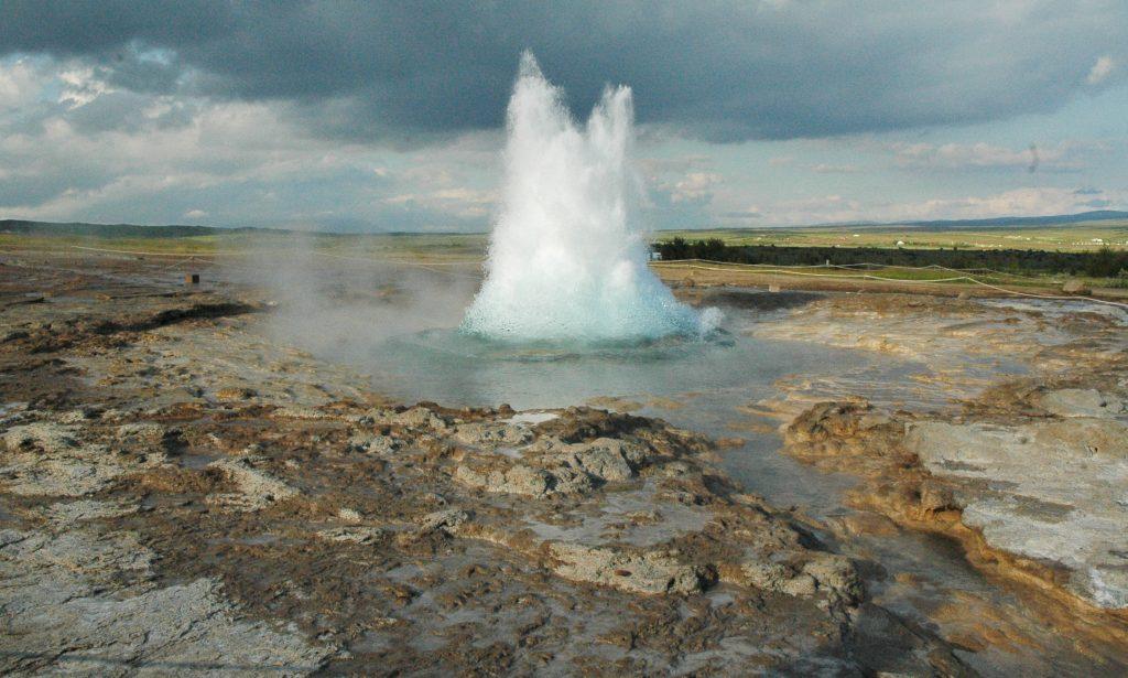 Strokkur, bij Geysir, Zuid-IJsland